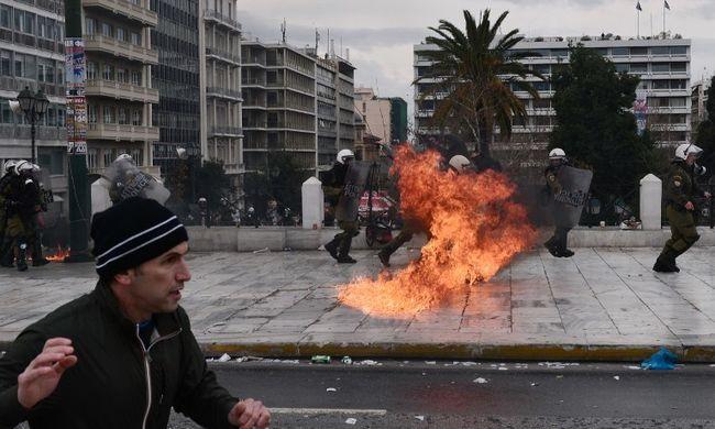 Százezrek tüntettek a reformok ellen, a rendőrökkel is összecsaptak
