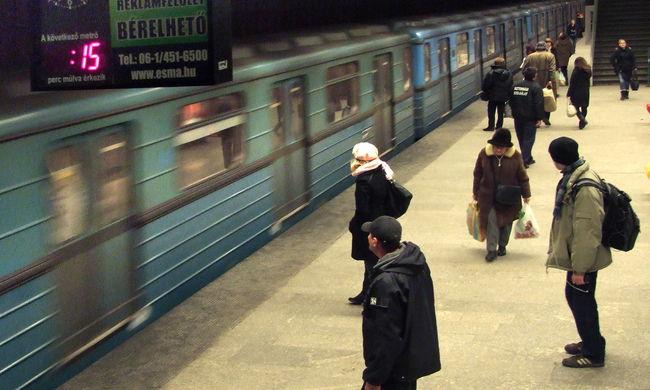 Ember került a metró alá: rengetegen várakoznak