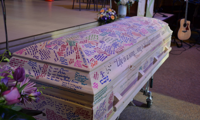 A koporsója lett az évkönyve: megható módon búcsúztatták el osztálytársai a rákos lányt