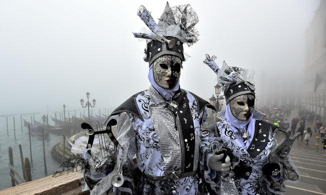 Lófejdíszes férfiak is mulatnak a velencei karneválon