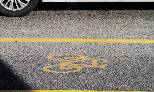 Holttestre bukkantak a bicikliút mellett, kivonult a rendőrség