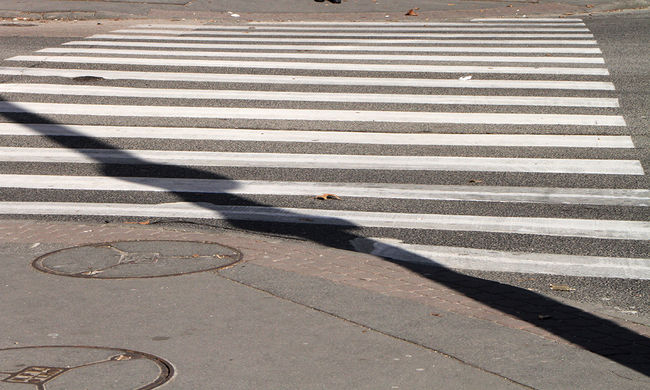 Két diákot gázolt el egy kocsi a zebrán, egyikük tíz métert repült