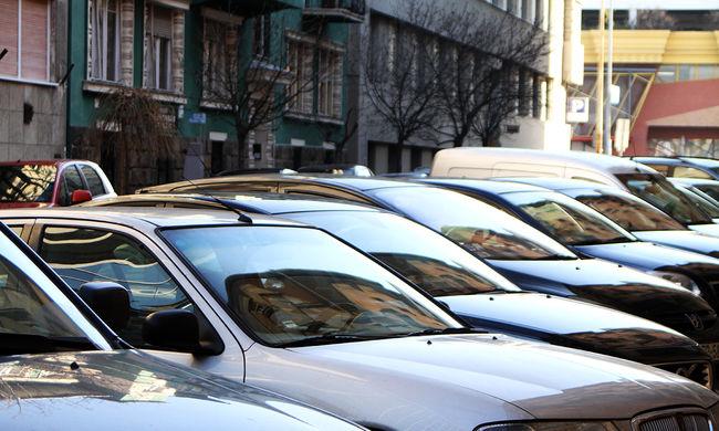 Hihetetlen eset: egymást gázolták el a parkolóban