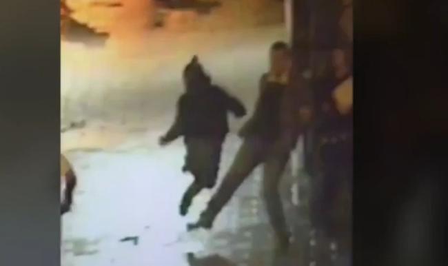 Rendőrök elől menekült, egy járókelő gáncsolta el - videó