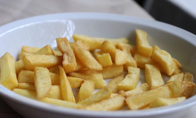Három szál hasábkrumpliért bilincs kattant a csuklóján