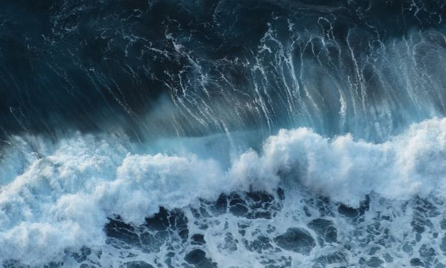 Tízméteres hullám tépte ki a kisgyereket a nagyapja kezéből