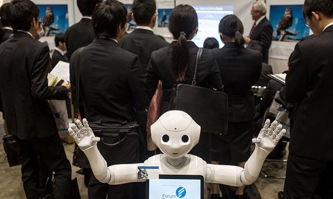 Ember külsejű robot dolgozik egy Japán repülőtéren
