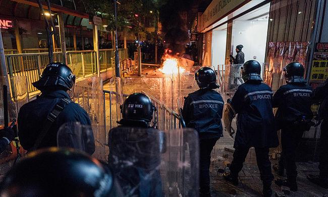 Rendőrök csaptak össze tüntetőkkel, 48 rendőr megsérült