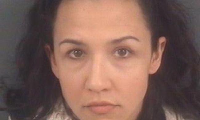 Tinilánnyal szexelt a 30 éves tanárnő, mind a 3 gyerekétől eltiltották