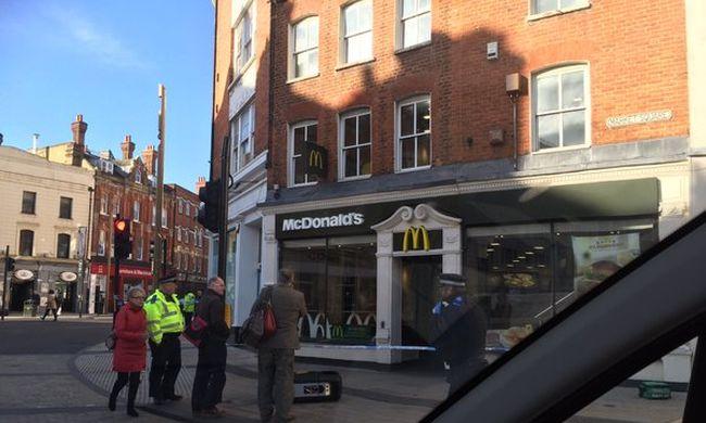Gyerekei szeme láttára szúrtak fejbe egy férfit a gyorsétterem előtt - videó
