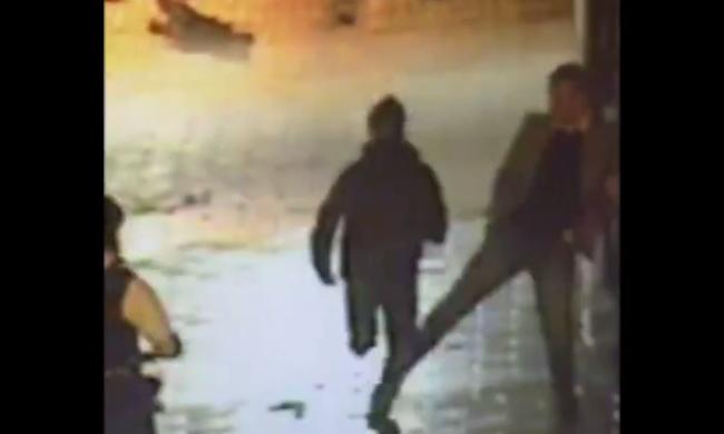 Hősként ünnepli a rendőrség a járókelőt, aki elgáncsolta a menekülő bűnözőt - videó