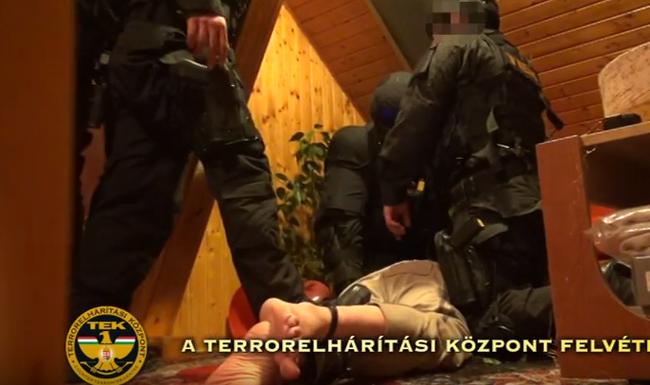 Rendőrt hívtak a késsel őrjöngő férfihoz - videó