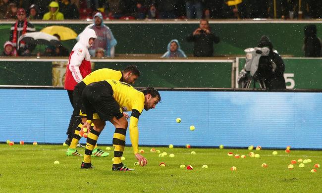 A drága jegyárak ellen teniszlabdákkal tüntettek a szurkolók
