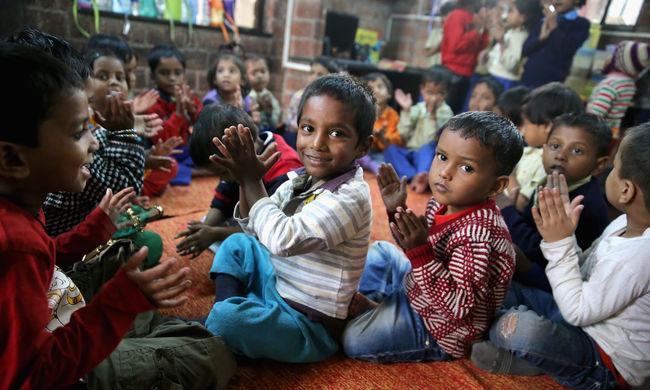 Féreghajtással kezdődött a nap az indiai iskolákban