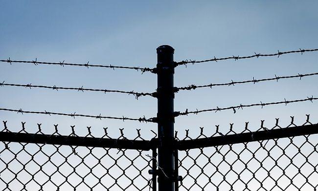 Gyorshír: kifordította a váci börtön kapuját a szél