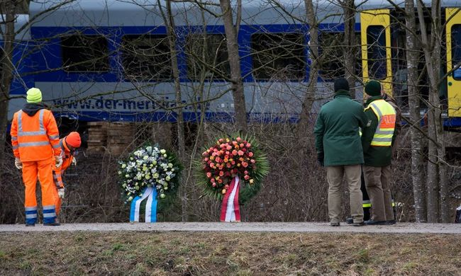 Vonatbaleset: még mindig tart a roncsok elszállítása