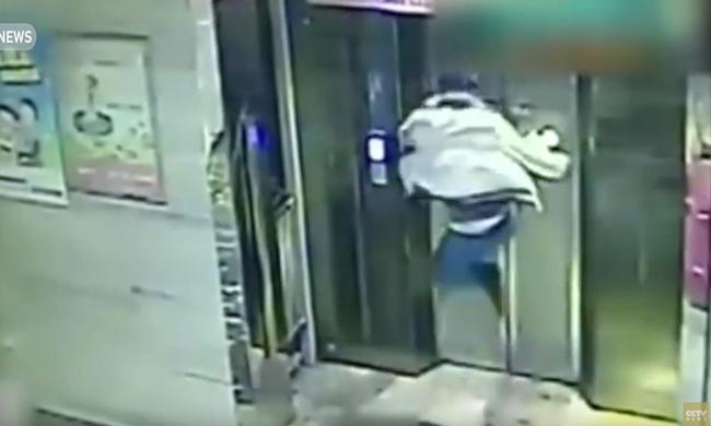 Berúgta a liftajtót és az aknába zuhant a részeg férfi - videó
