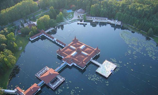 220 ezer ember fürdött a hévizi tóban tavaly