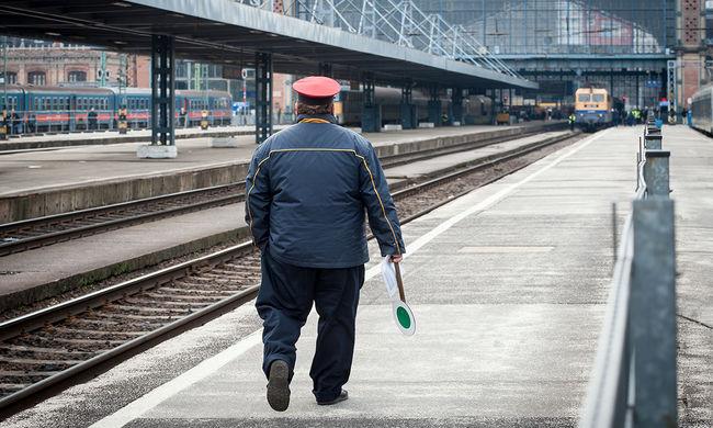 Vonat elé lökte az utast a részeg férfi - videó
