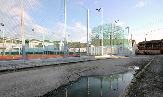 Életveszélyben a tiszavasvári gyerekek a vasúti átjáróban - épült viszont teniszpálya 50 millióért