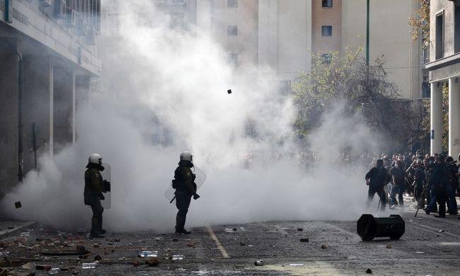 Paradicsommal dobálóztak és ablakokat törtek - a rendőrség könnygázzal oszlatott