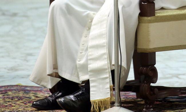 Riporter suvickolta fényesre Ferenc pápa cipőjét