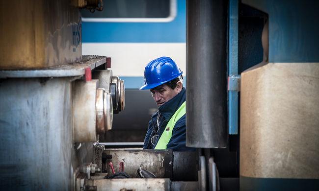 Balesetek és dugók lassítják a közlekedést, a vonatok is késnek
