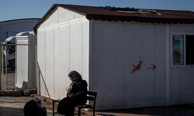 100 ezer migráns várja a határon, hogy beléphessen az országba