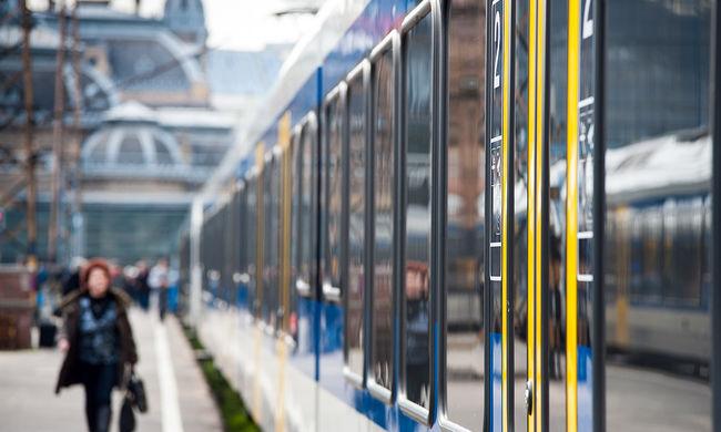 Ötvenkilenc migránst szállítottak le a vonatról