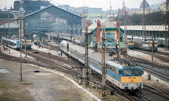 Halálra gázolt a vonat egy férfit a megállóban