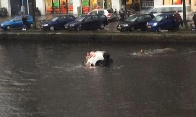 Négyen ugrottak a csatornába, hogy kimentsék a süllyedő autóból az anyát és a lányát - videó