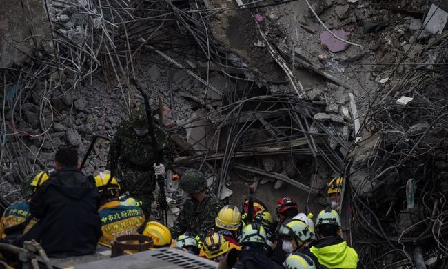 Tajvani földrengés: egymást ölelő pár holttestét találták meg a romok alatt
