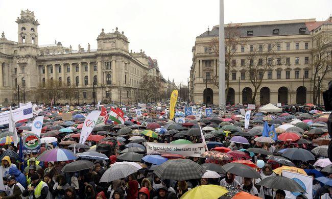 Tüntettek a Kossuth téren
