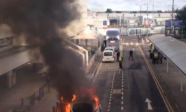 Felrobbant egy taxi a repülőtéren - videó