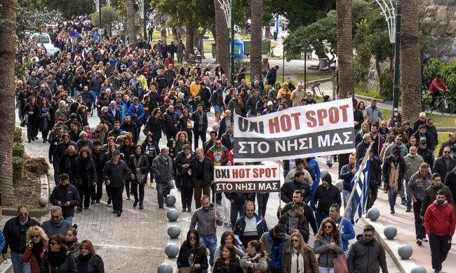 Ezrek tüntettek a regisztrációs központ ellen