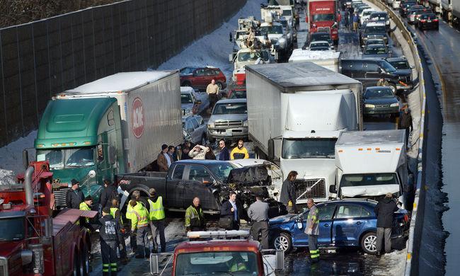 Tömegbaleset az autópályán, legalább hárman meghaltak