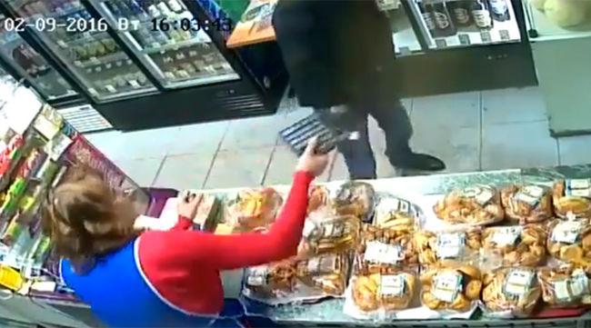 Széttörte a számológépet az eladó a fegyveres rabló fején - videó