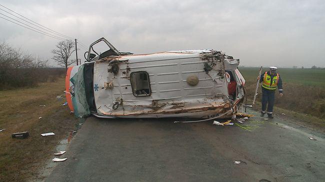 Felborult mentőautó: meghalt a mentőápoló - képgaléria!