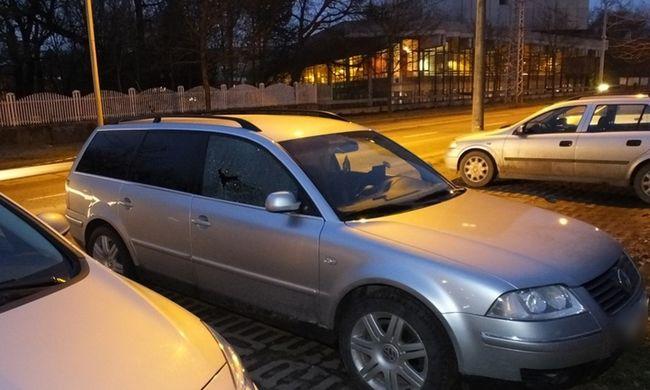 A rendőrök előtt törte fel az autót