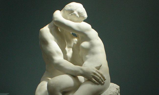Közel 700 millió forintért kelt el Rodin csókjának mása
