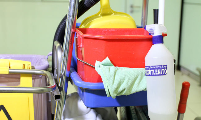 Nincs, aki felmossa a hányást, a diákok tisztítják az iskolát