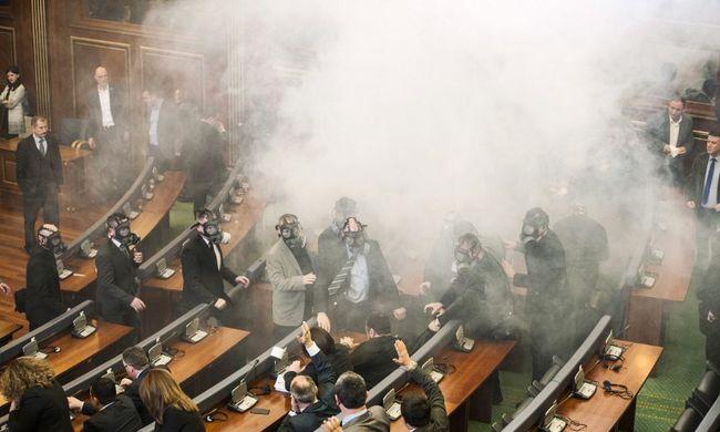 Könnygázgránátot robbantottak a parlamentben