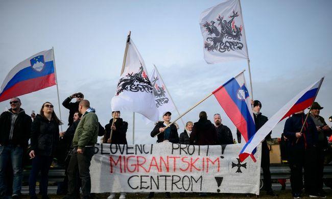 Migránsokat befogadó központ ellen tüntettek a parkolóban