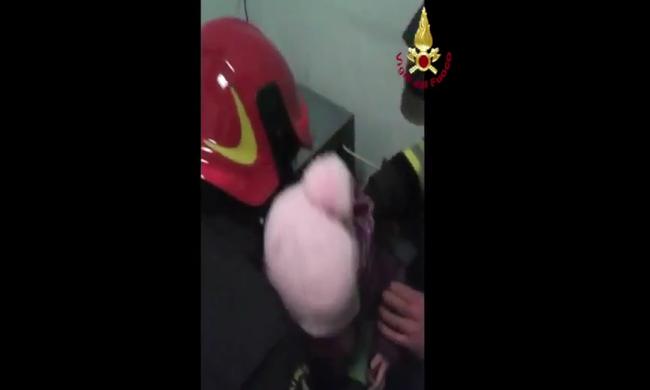 Bezárta magát a bank széfjébe egy kétéves kislány - videó
