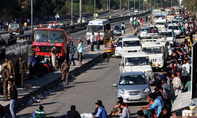 Felgyújtották a vasútállomást és a síneken ülősztrájkolnak, 10 ember meghalt