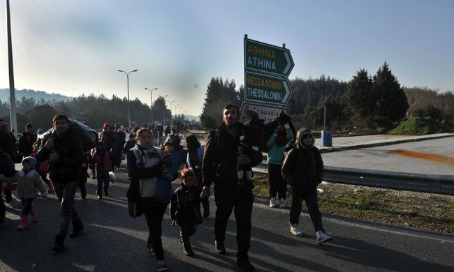 A görög rendőrség csaknem ezer migránst vitt el a macedón határról