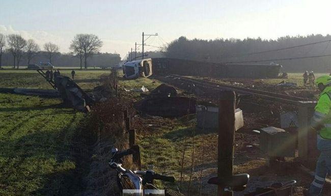 Kisiklott és felborult egy vonat, legalább egy ember meghalt