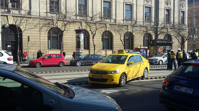 Még súlyosabb büntetést kaphatnak az engedély nélkül taxizók