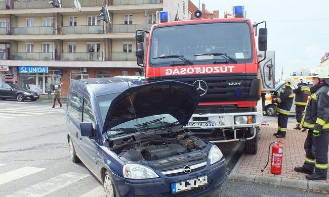 Tűzoltóautóval ütközött egy autó, a sofőr megsérült, teljes az útzár