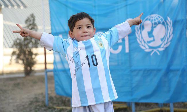 A szatyor a múlté, eredeti Messi-mezt kapott az afgán kisfiú